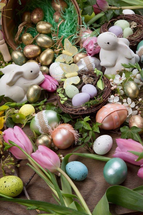 被分类的鸡蛋和花复活节的 免版税库存图片