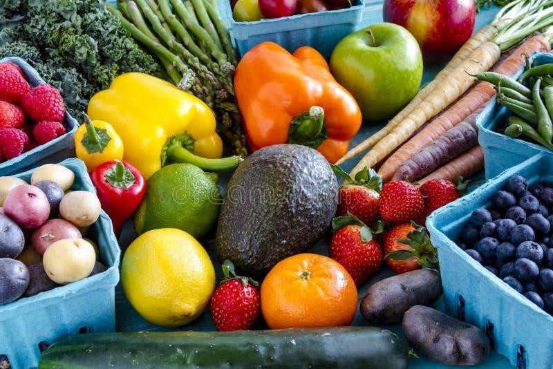 被分类的水果和蔬菜背景 免版税库存照片