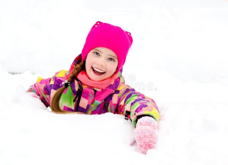 被切开的微笑的女孩孩子画象在冬日 免版税图库摄影