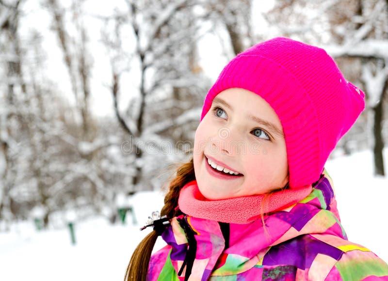 被切开的微笑的女孩孩子画象在冬日 库存照片