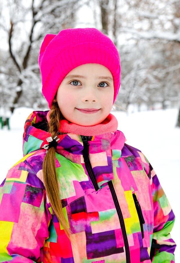 被切开的微笑的女孩孩子画象在冬日 免版税库存图片