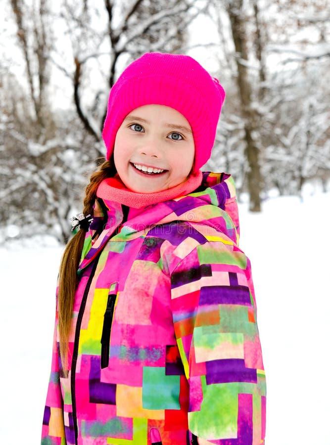 被切开的微笑的女孩孩子画象在冬日 库存图片