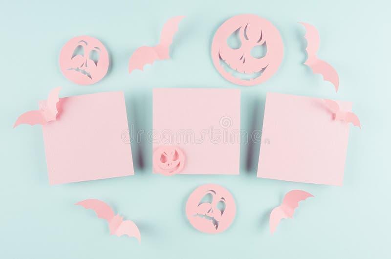 被切开的纸设计的万圣夜模板-与群棒的时髦桃红色空白的标签飞行和在淡色蓝色的滑稽的emoji面孔 库存照片