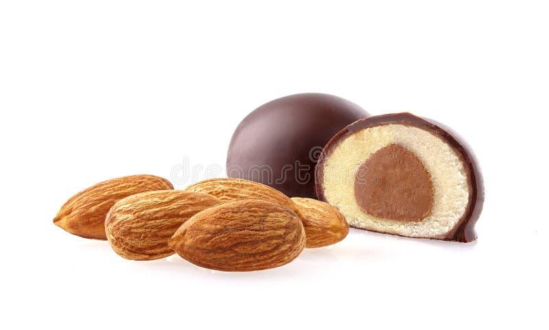 被切的小杏仁饼巧克力特写镜头射击在白色背景的 免版税库存照片