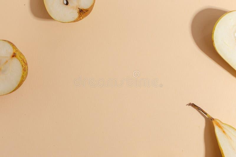 被切的梨的构成在米黄背景的 r 图库摄影