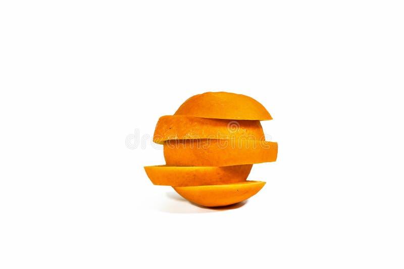 被切的橙色切片,被堆积隔绝在白色背景 库存照片