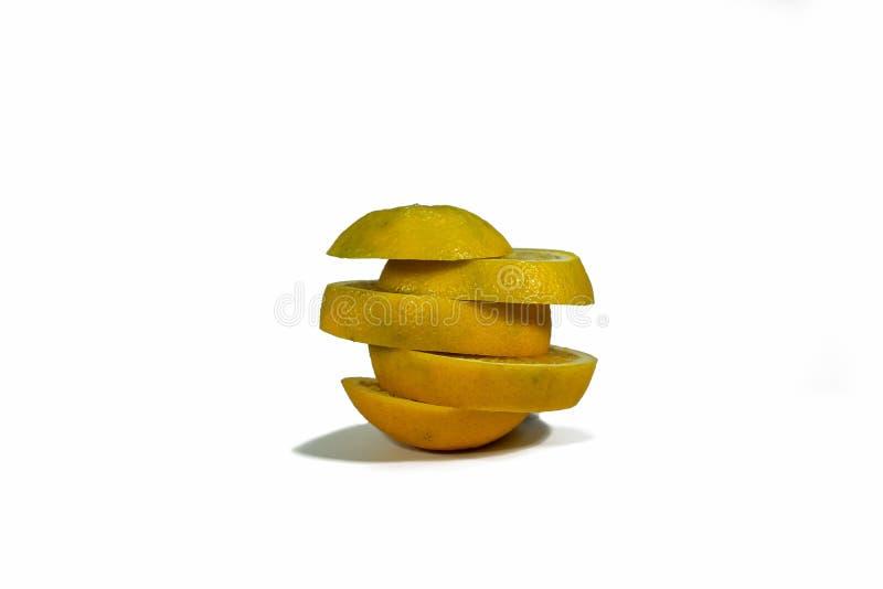 被切的橙色切片,被堆积隔绝在白色背景 免版税库存照片