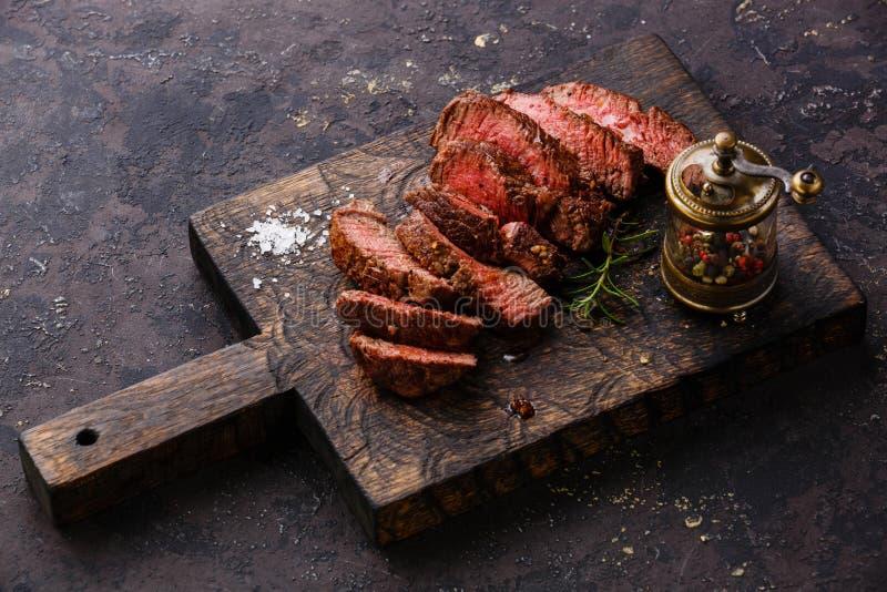 被切的牛排和胡椒磨 图库摄影