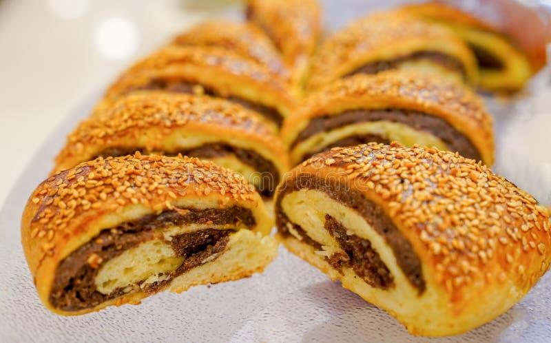 被切的许多土耳其ay coregi新月形面包用巧克力可可粉 库存图片