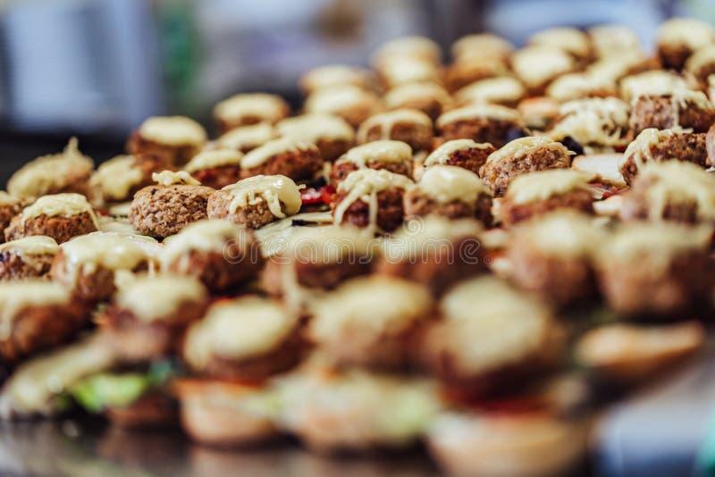 被切的面包传播特写镜头视图在表上的与在他们的成份为小汉堡-厨房集合,假日的概念 图库摄影