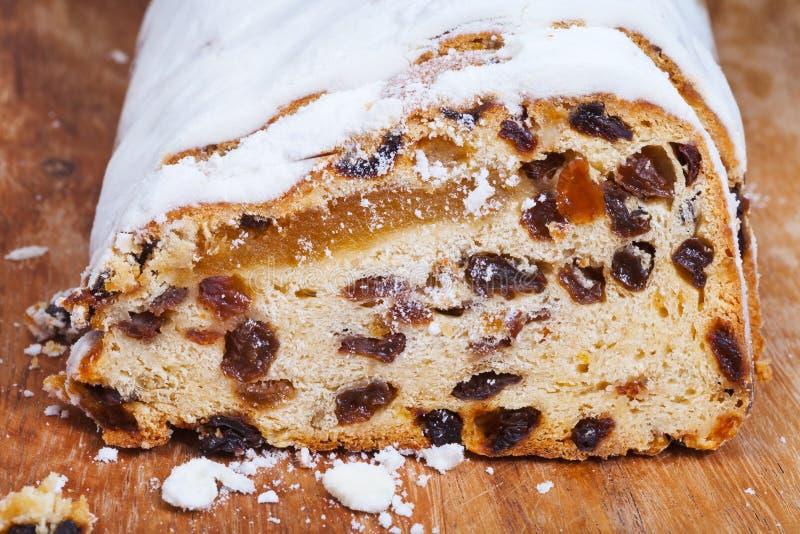 被切的Stollen蛋糕用干果和小杏仁饼 库存图片