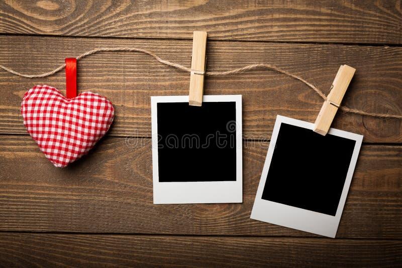 被别住的白纸和小心脏在木 免版税库存图片