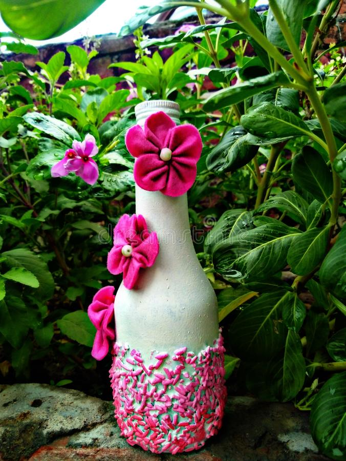 被制作的瓶摄影有美好的自然本底 免版税库存照片
