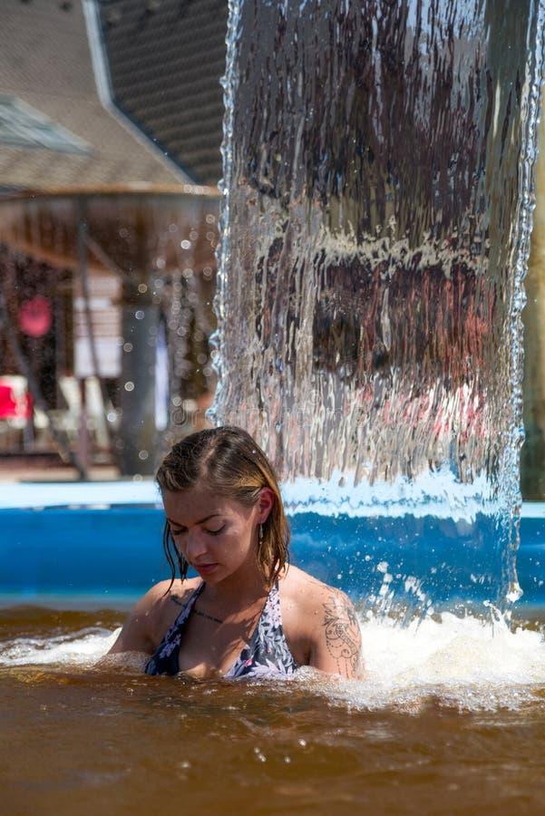 被刺字的女孩n热量水 库存照片