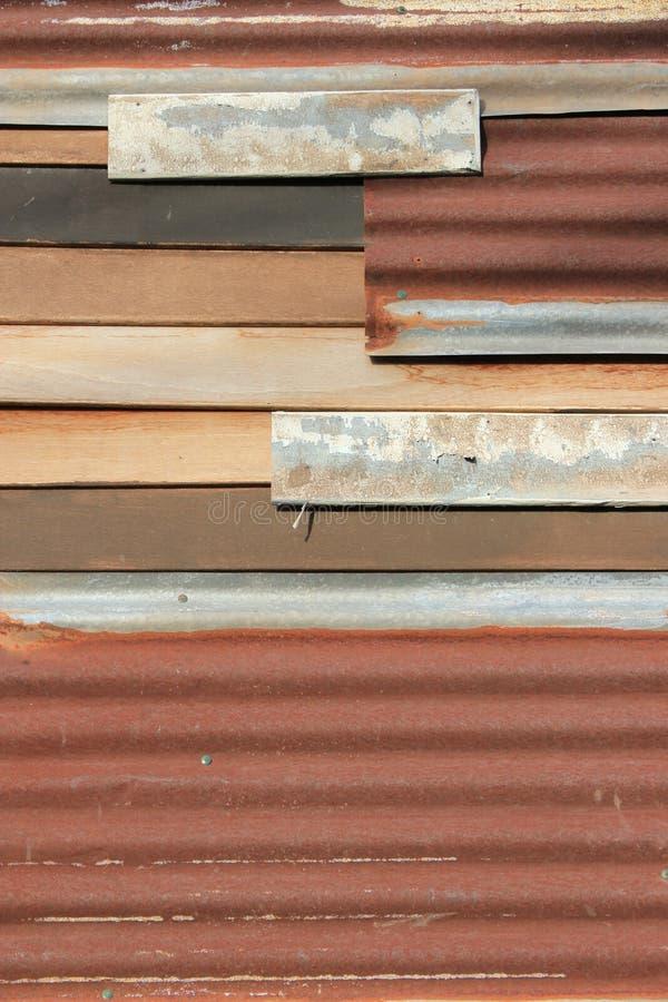 被刺激的铁纹理墙壁木头 免版税库存照片