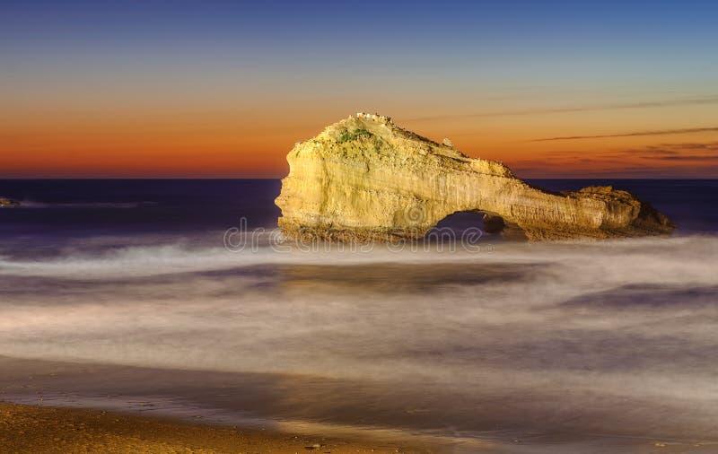 被刺穿的岩石,米拉马尔海滩,比亚利兹,法国 库存图片