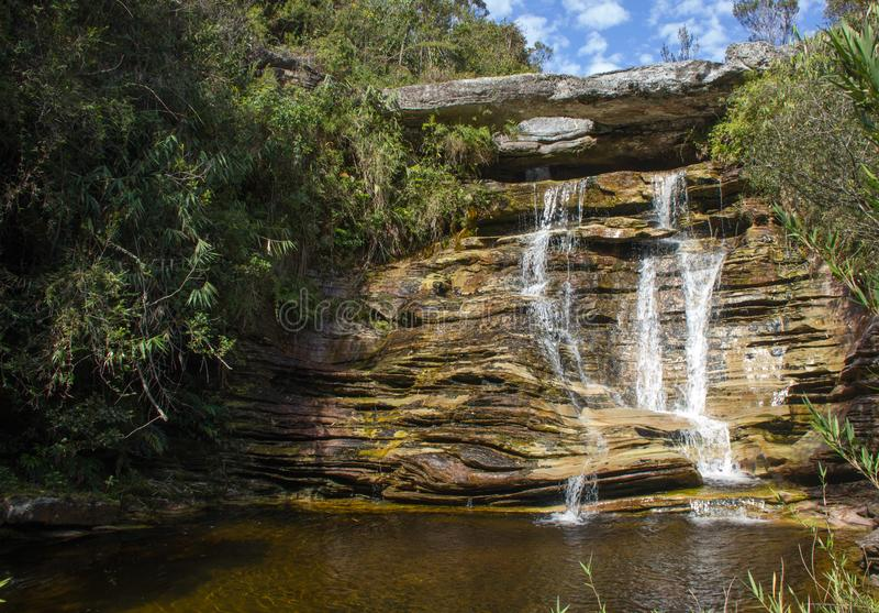 被刺穿的石头的瀑布 库存图片