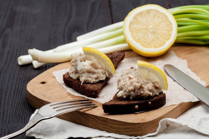 被剁碎的鲱鱼去骨切片用苹果和鸡蛋在敬酒的黑麦面包,自创传统犹太烹调盘forshmak,快餐或 库存照片