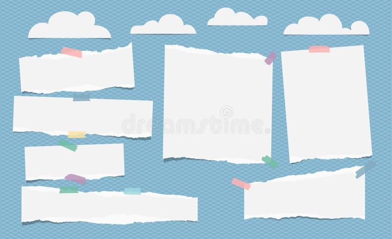 被剥去的白色空白的笔记,与云彩的笔记本纸片断在蓝色背景 皇族释放例证