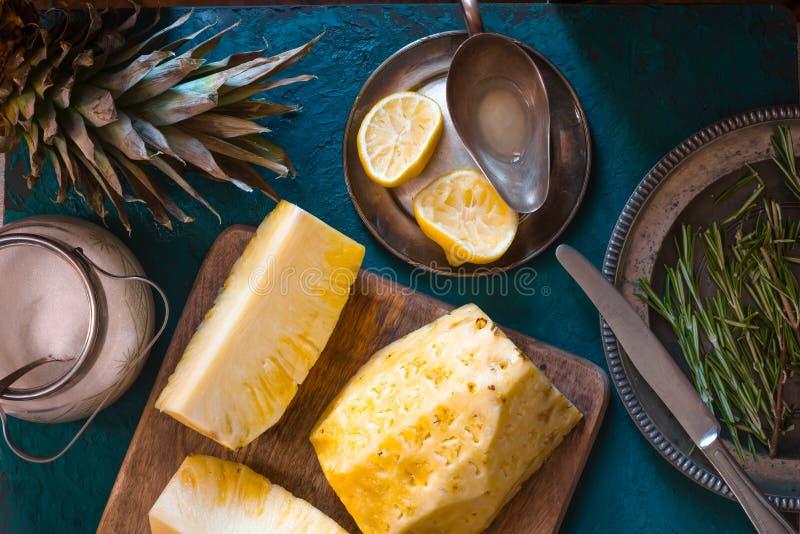 被剥皮的菠萝、柠檬和迷迭香果酱的 库存照片