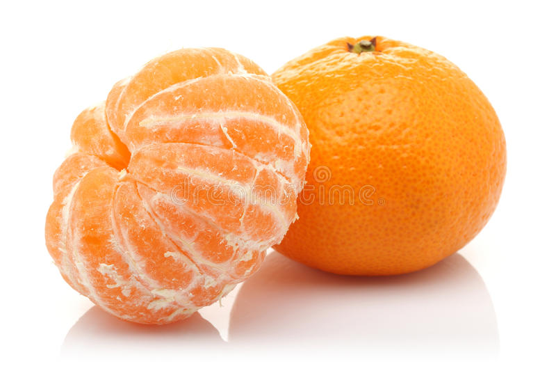 被剥皮的蜜桔和蜜桔 库存图片