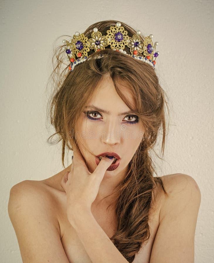 被加冠的黑暗的选美皇后 我的头发是我的珍宝深色的妇女时装模特儿女孩美丽的发光的构成眼影膏 免版税库存照片