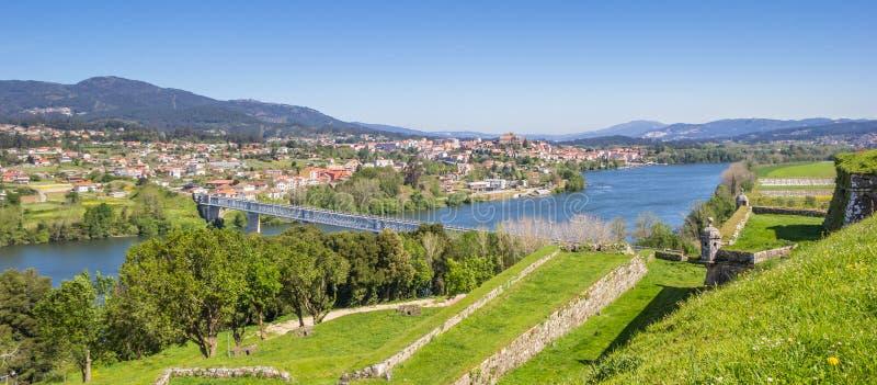 被加强的墙壁全景和河在瓦伦西亚做米尼奥省 免版税库存照片