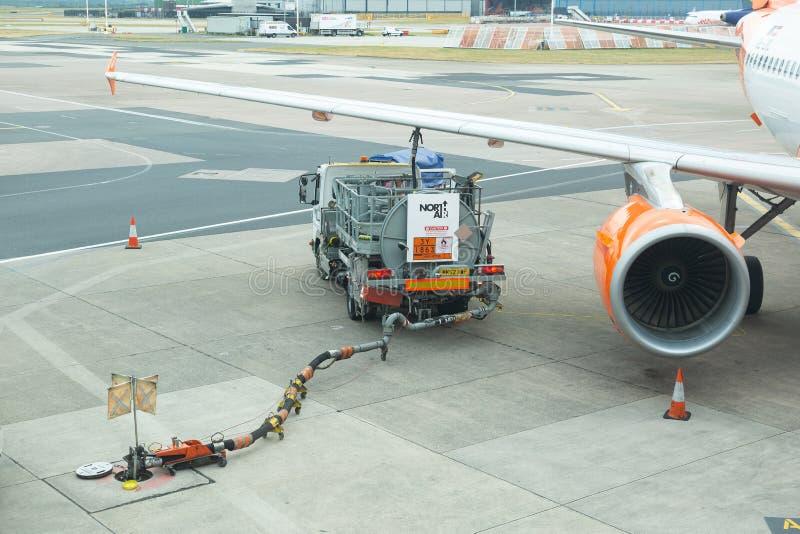 被加油在曼彻斯特国际机场终端的Easyjet空中客车A319-111航空器 免版税库存照片