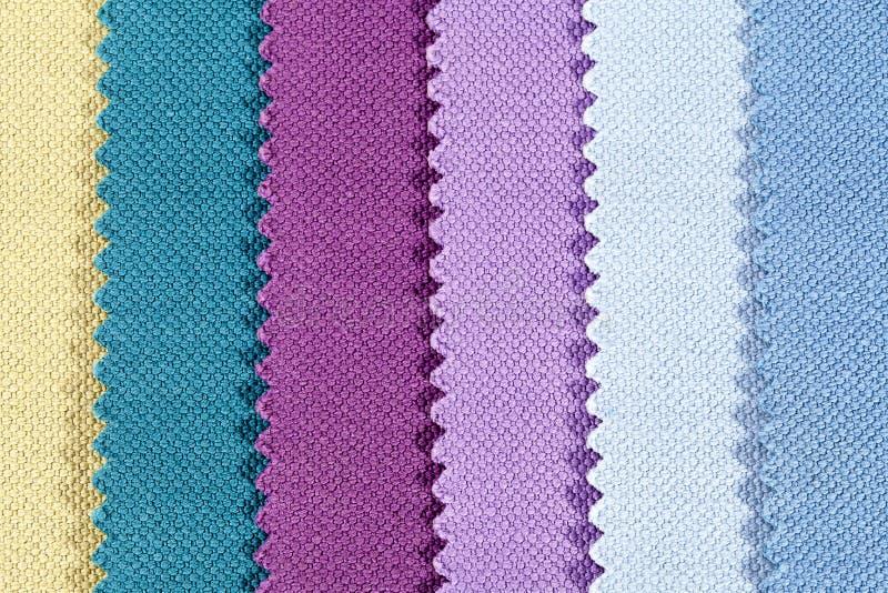 被加锯齿的棉织物五颜六色的条纹背景  库存图片