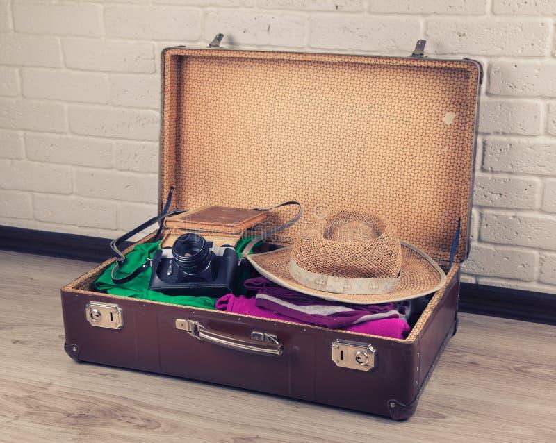 被包装的手提箱葡萄酒 免版税库存照片