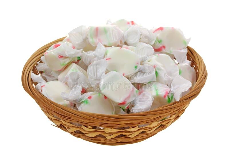 被包裹的篮子糖果耐嚼的甜点 免版税图库摄影