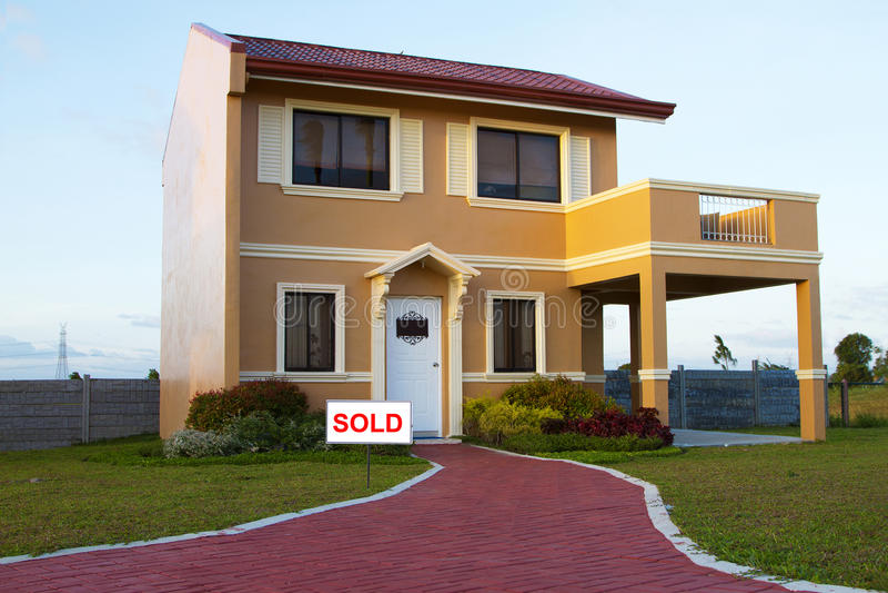 被卖的单身家庭的橙黄房子 库存图片
