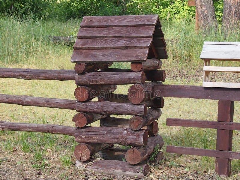 被即兴创作的用木材建造的小屋 库存照片