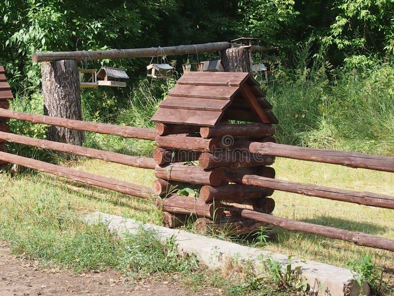 被即兴创作的用木材建造的小屋 免版税库存照片