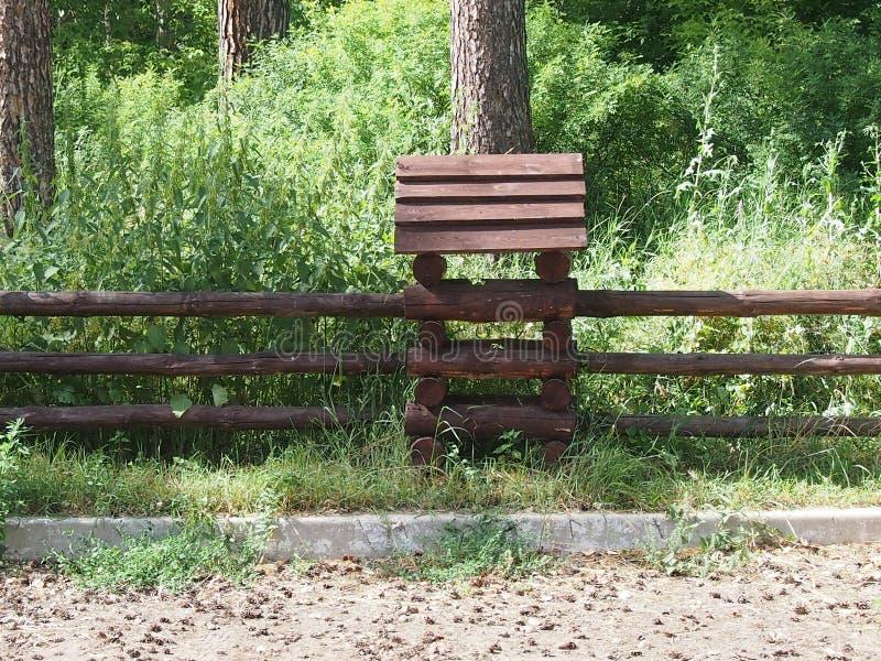 被即兴创作的用木材建造的小屋 免版税库存图片