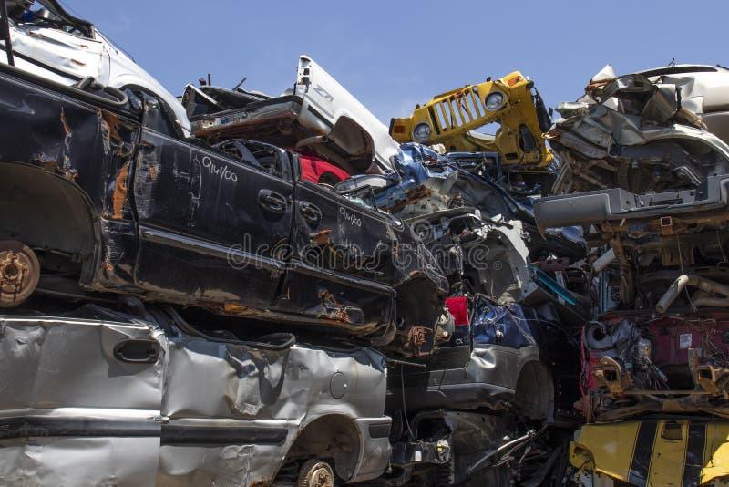 被压碎堆放的垃圾车 这些遗骸将被回收、回收或出售,用作零部件 免版税图库摄影