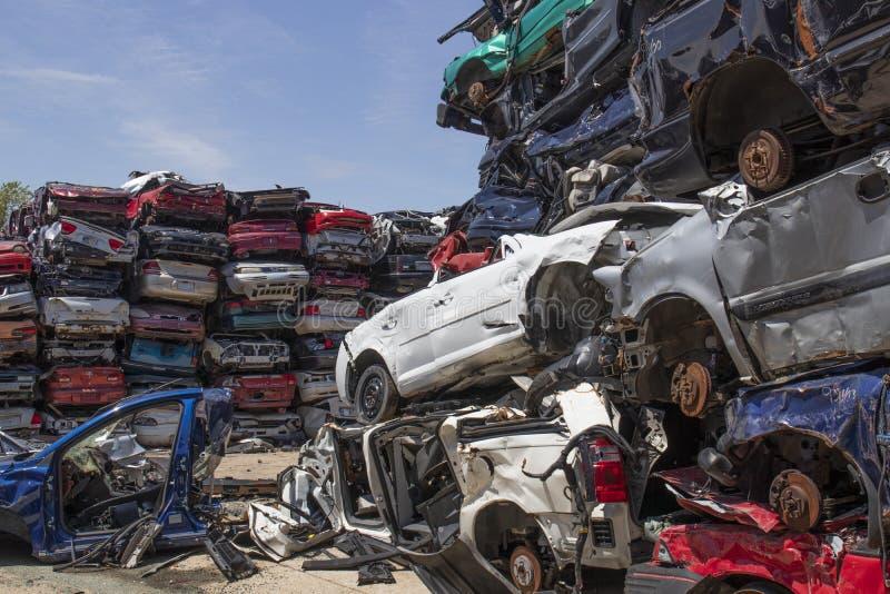 被压碎堆放的垃圾车 这些遗骸将被回收、回收或出售,用作零部件 库存图片