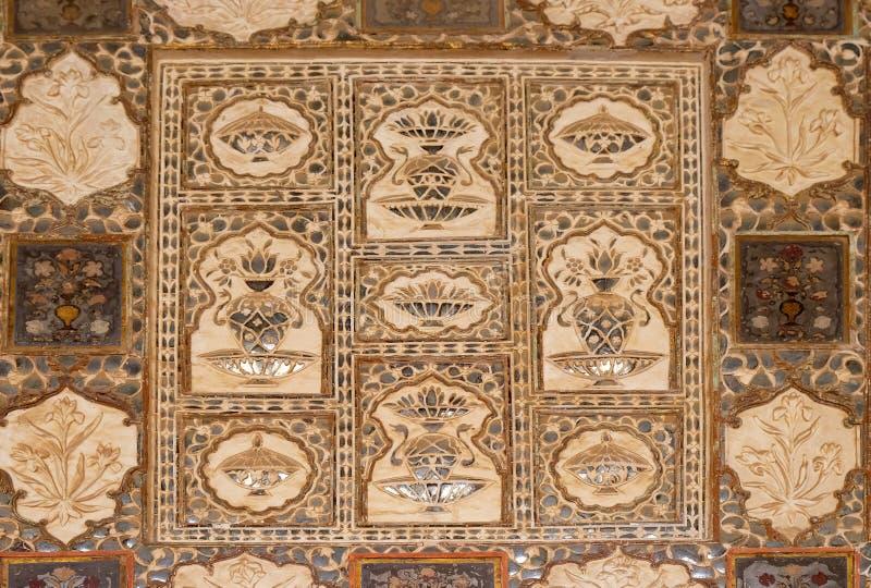 被反映的天花板的细节在琥珀色的堡垒的镜子宫殿在斋浦尔 免版税库存图片