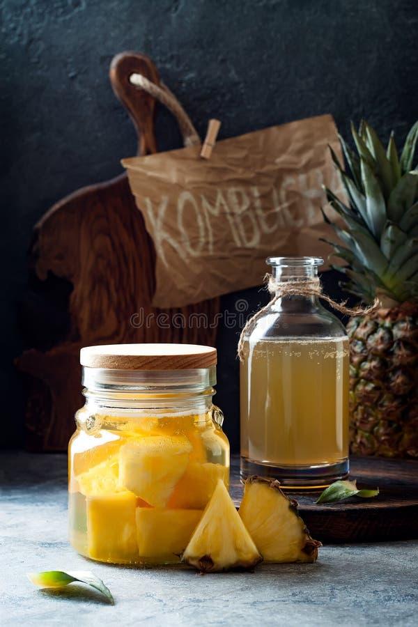 被发酵的墨西哥菠萝Tepache 自创未加工的kombucha茶用菠萝 健康自然前生命期的调味的饮料 图库摄影