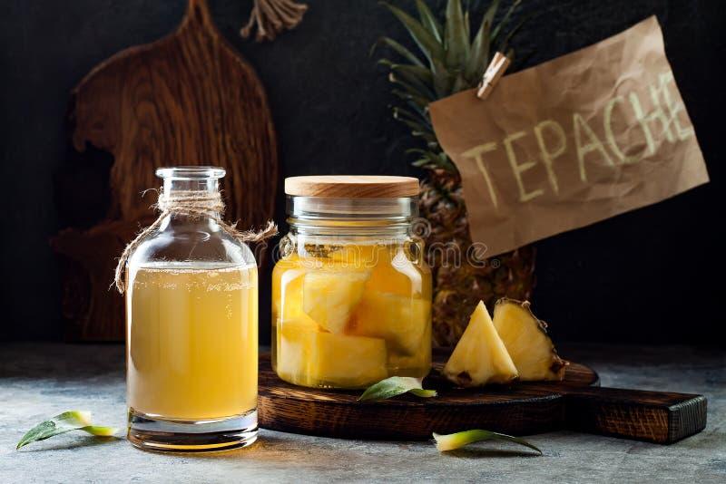 被发酵的墨西哥菠萝Tepache 自创未加工的kombucha茶用菠萝 健康自然前生命期的调味的饮料 免版税库存图片