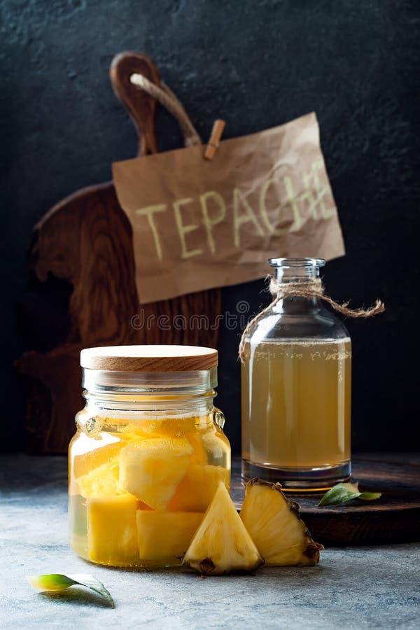 被发酵的墨西哥菠萝Tepache 自创未加工的kombucha茶用菠萝 健康自然前生命期的调味的饮料 库存照片