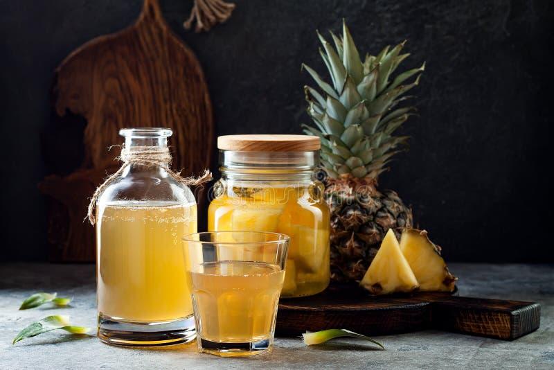 被发酵的墨西哥菠萝Tepache 自创未加工的kombucha茶用菠萝 健康自然前生命期的调味的饮料 库存图片