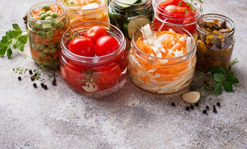 被发酵的食物 在瓶子的被保存的菜 免版税库存图片