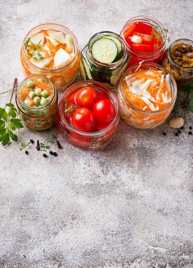 被发酵的食物 在瓶子的被保存的菜 免版税图库摄影