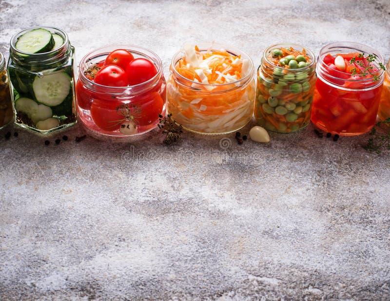 被发酵的食物 在瓶子的被保存的菜 库存照片