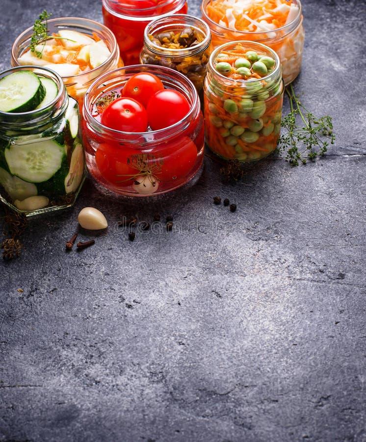 被发酵的食物 在瓶子的被保存的菜 库存图片