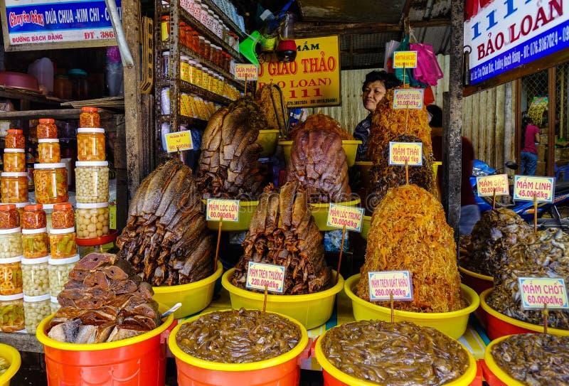 被发酵的鱼在地方市场上在越南 库存照片