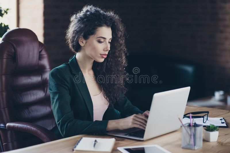被启发的严肃的衣领接近的照片或在小配件个人计算机解决问题创造感兴趣的战略有波浪卷发 免版税库存图片