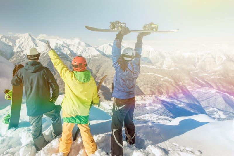 被启发的小组山顶的挡雪板 免版税图库摄影