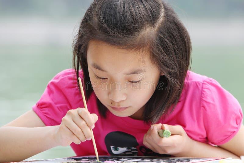 被吸收的儿童绘画 图库摄影